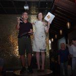 Nicoletta e il responsabile di HI piùS Zurigo premiano le squadre alla fine del team building